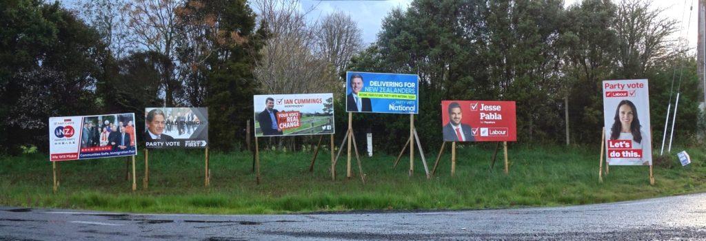 Das Super Wahlwochenende: neuseeländische Wahlplakate am Straßenrand