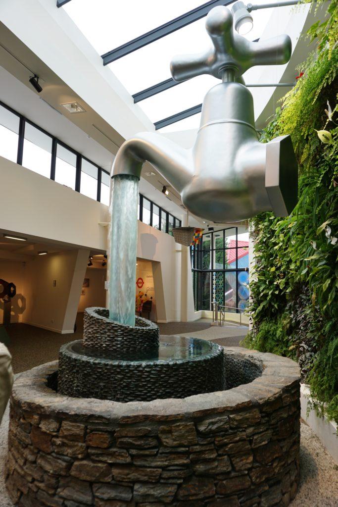 Puzzling World - Der Wasserhahn schwebt in der Luft. Doch wo kommt dann das viele Wasser her?