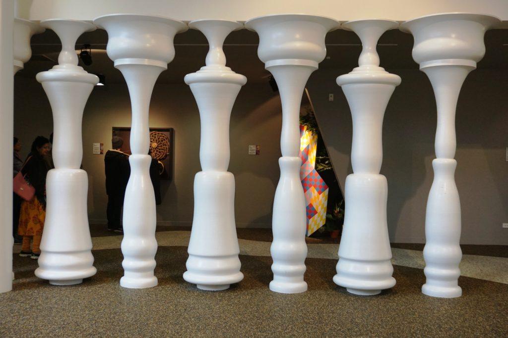 Puzzling World - Nur ein paar Säulen oder eine Reihe Männer?