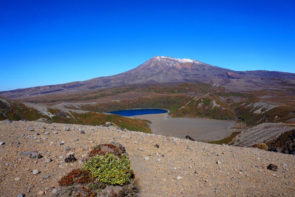 Wanderung zu den Tama Lakes: Lower Tama Lake mit Mt. Ruapehu im Hintergrund