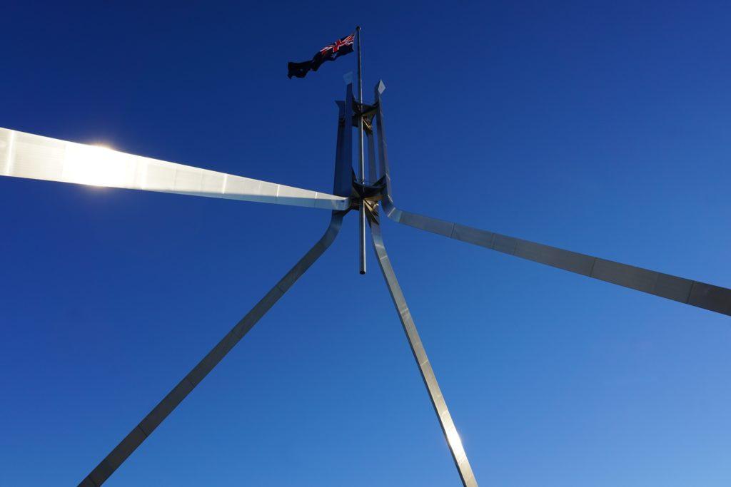 Fahnenmast des Parliament House in Canberra