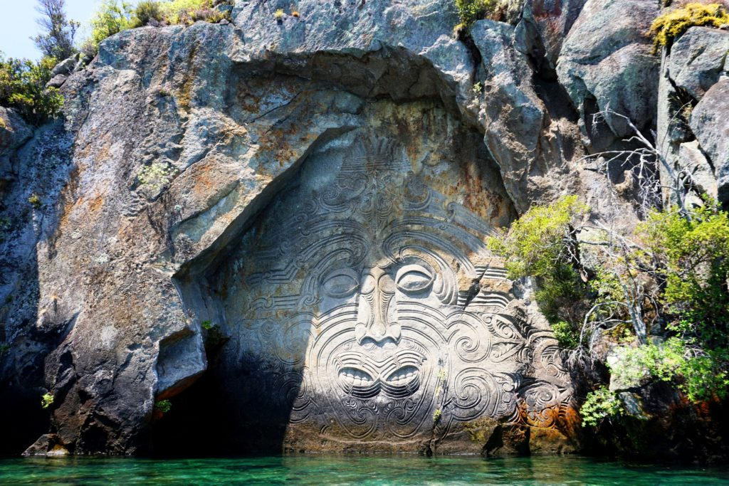Die Maori Rock Carvings in der Mine Bay