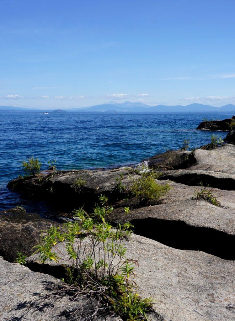 Lake Taupo mit den Vulkanen Ruapehu, Ngauruhoe und Tongariro im Hintergrund