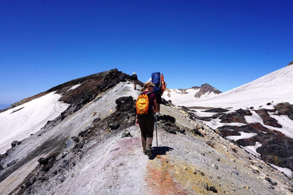 Weg auf dem Kraterrand