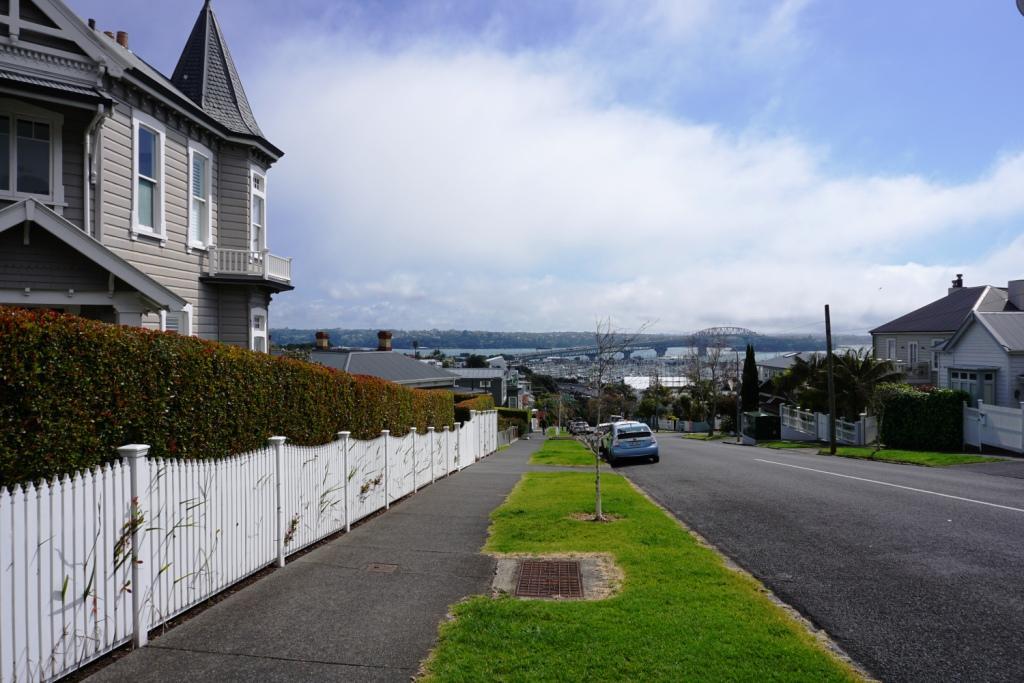 Das Haus des Hafenmeisters mit Blick auf die Hafenbrücke