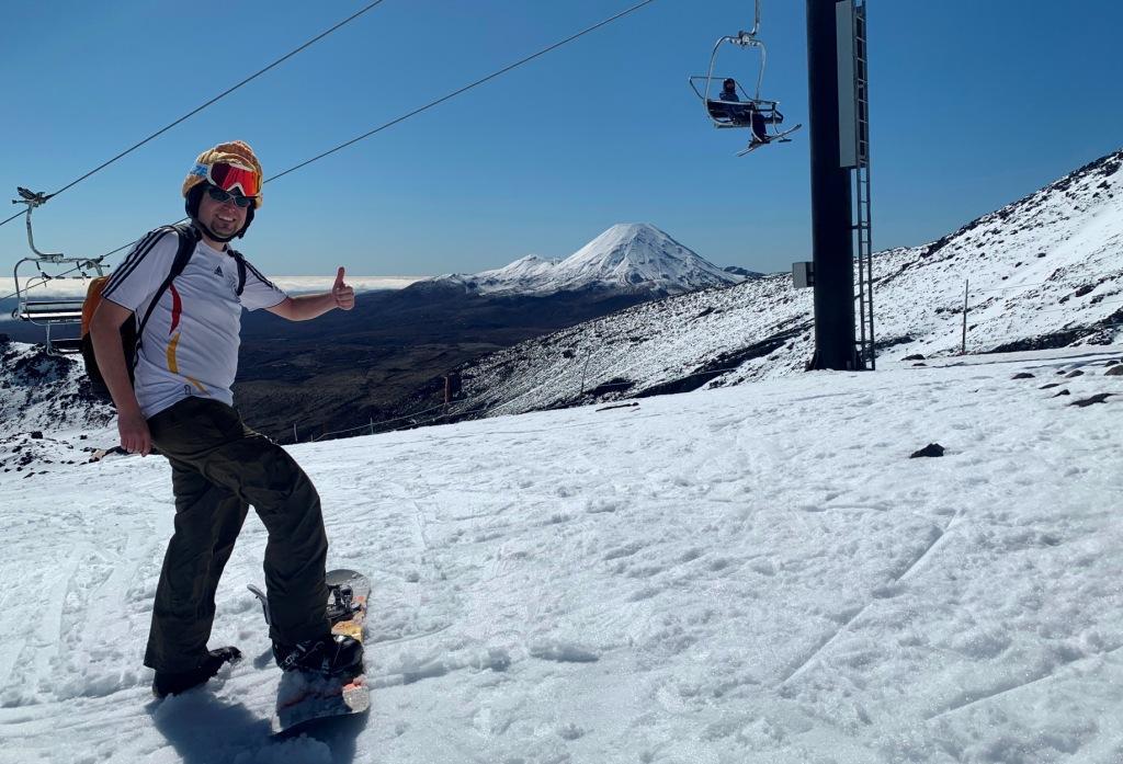 Bene snowboardet im T-Shirt mit Mt Ngauruhoe, dem Schicksalsberg, im Hintergrund
