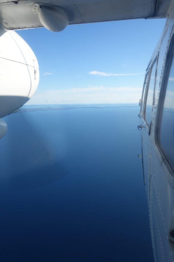 Außenansicht des Flugzeugs dank einer ausgedellten Scheibe