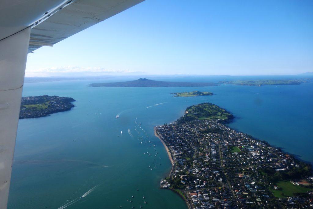 Luftbild von Musick Point in Howick (vorne), Browns Island (mittig) und Rangitoto (hinten)