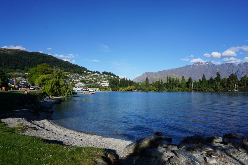 Zurück am Ufer des Lake Wakatipu mit Queenstown im Hintergrund
