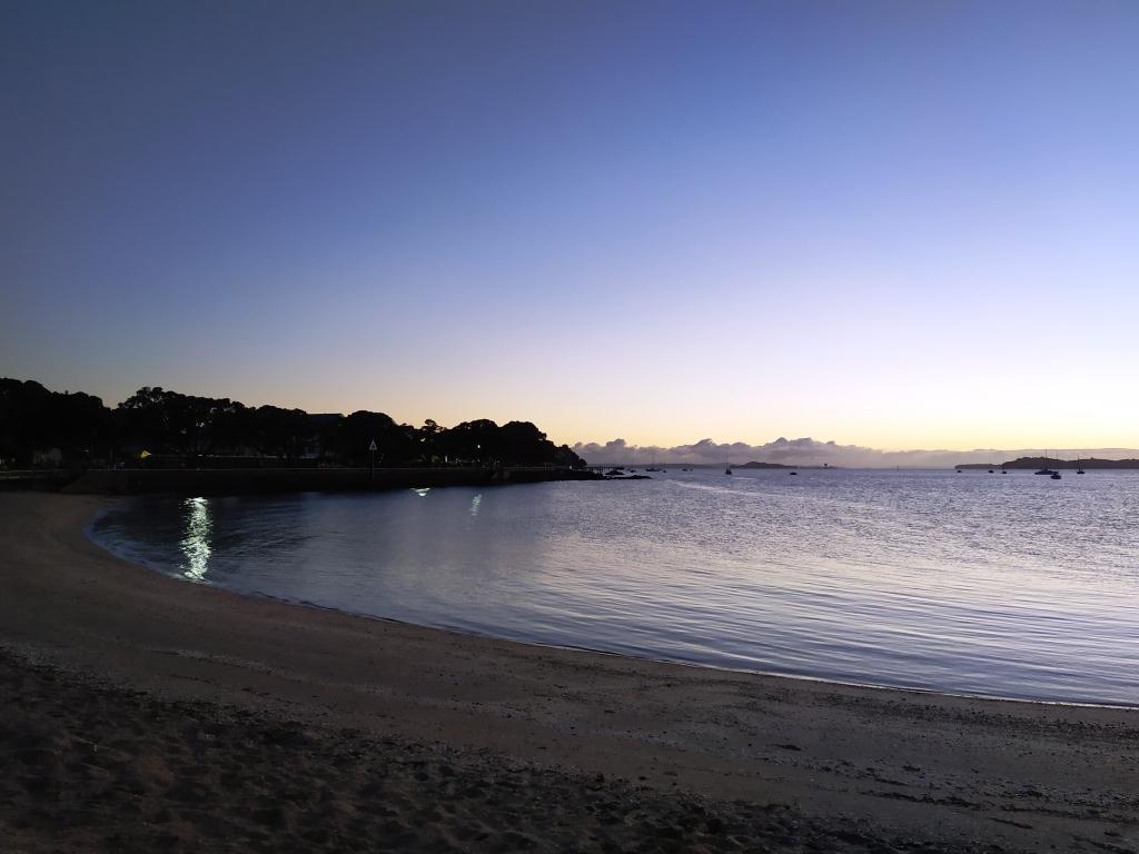 Am Strand von Devonport steht der Sonnenaufgang kurz bevor