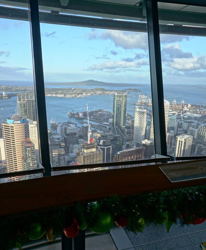 Auf der weihnachtlich geschmückten Aussichtsplattform