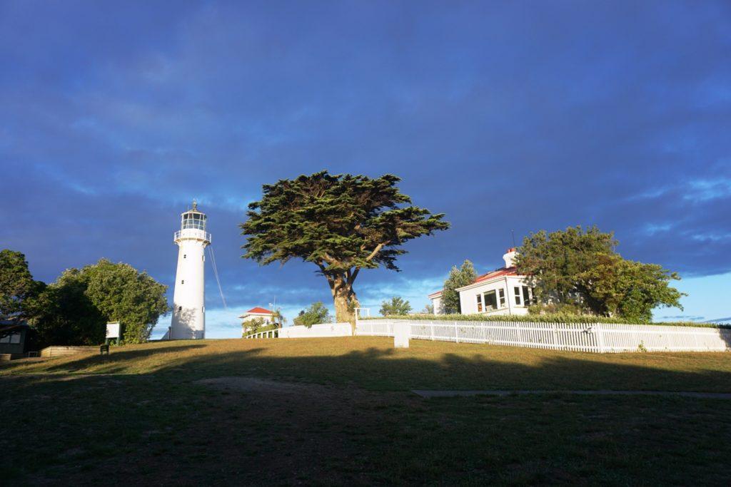 Leuchtturm und Haupthaus, in dem sich das DOC Büro befindet