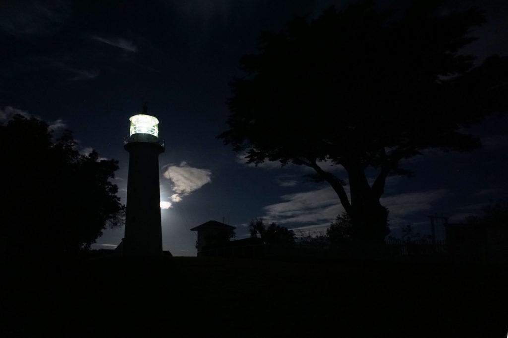 Leuchtturm im Mondlicht