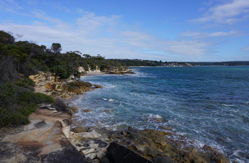 Der Strand geht in einen Küstenwanderweg über