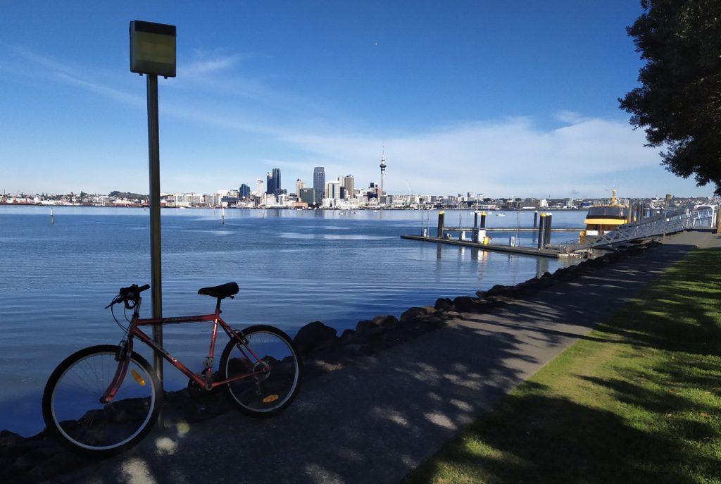 Mein Fahrrad an der Anlegestelle in Bayswater mit der gelben Personenfähre rechts im Bild