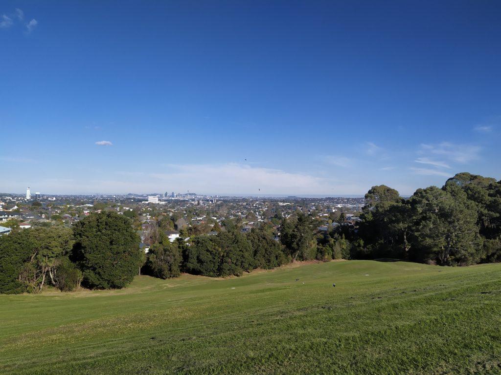 Blick vom Greville Reserve auf die Innenstadt in der Ferne