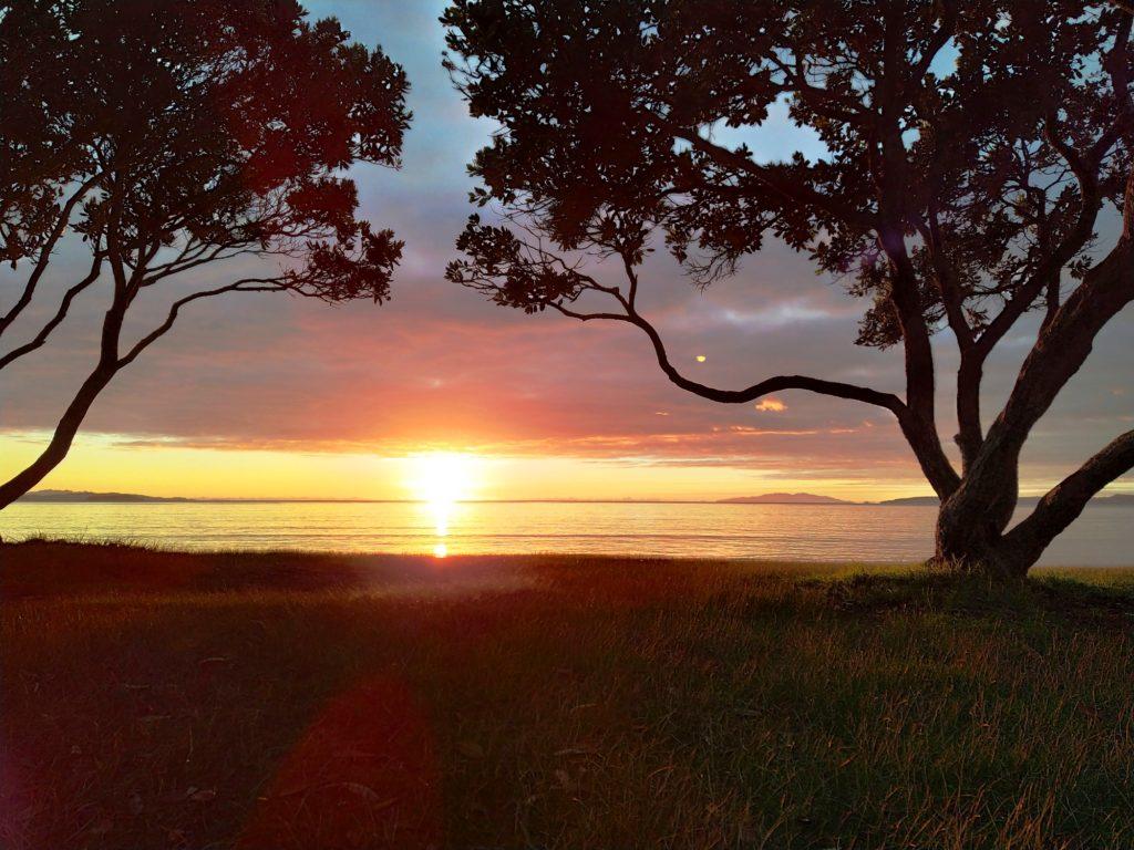 Sonnenuntergang am Strand von Orewa